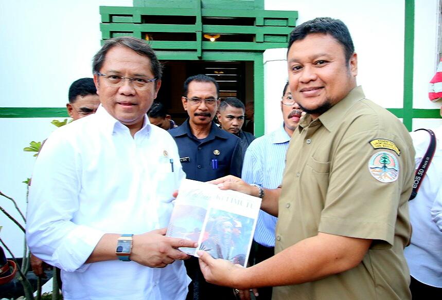 "Penyerahkan Buku ""Dwilogi Kelimutu"" kepada Menteri Komunikasi dan Anggota Komisi 1 DPR RI"