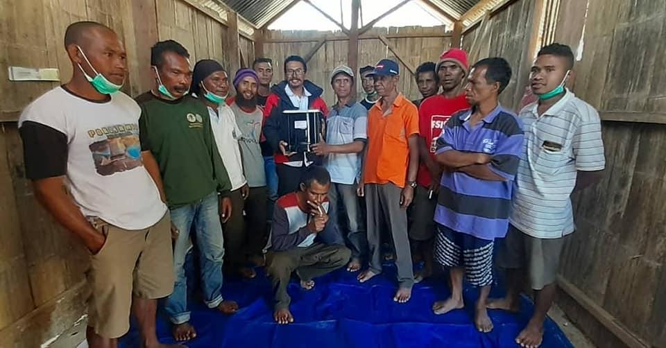 Penyerahan Kompor Biomas Kirinyuh Kepada Mayarakat Mitra TN Kelimutu Desa Nduaria