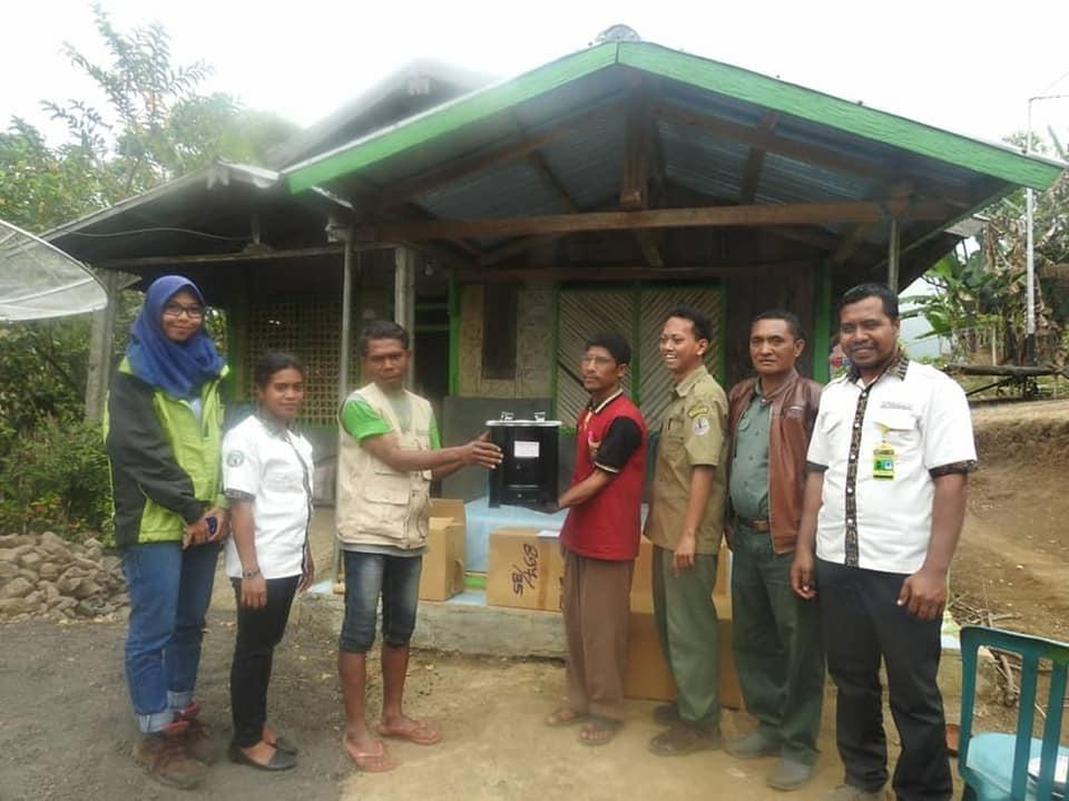 Penyerahan Kompor Biomas Kirinyuh Kepada Mayarakat Mitra TN Kelimutu Desa Wiwipemo dan Des Roga